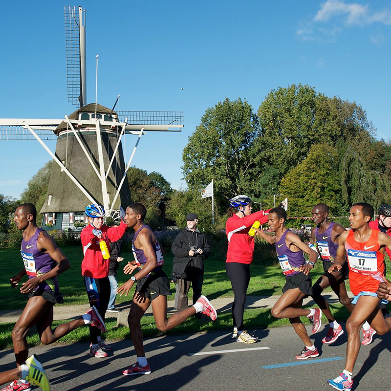people running the Amsterdam Marathon